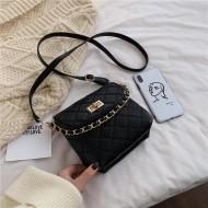 Bolsa de couro feminina preta com corrente Ref 1270